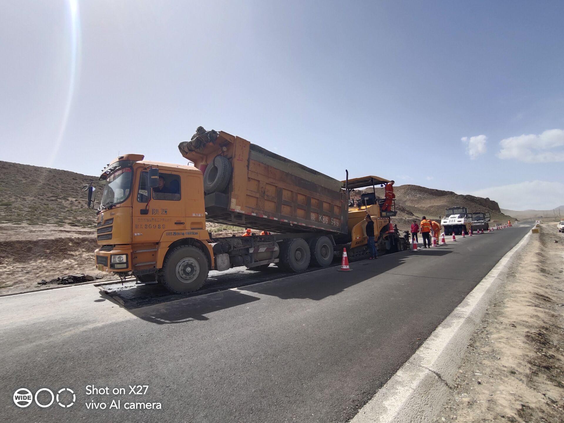 雄关公路段油路修补工作已全面开展