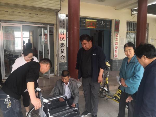 敦煌市郭家堡镇:免费为残疾人发放辅助器具