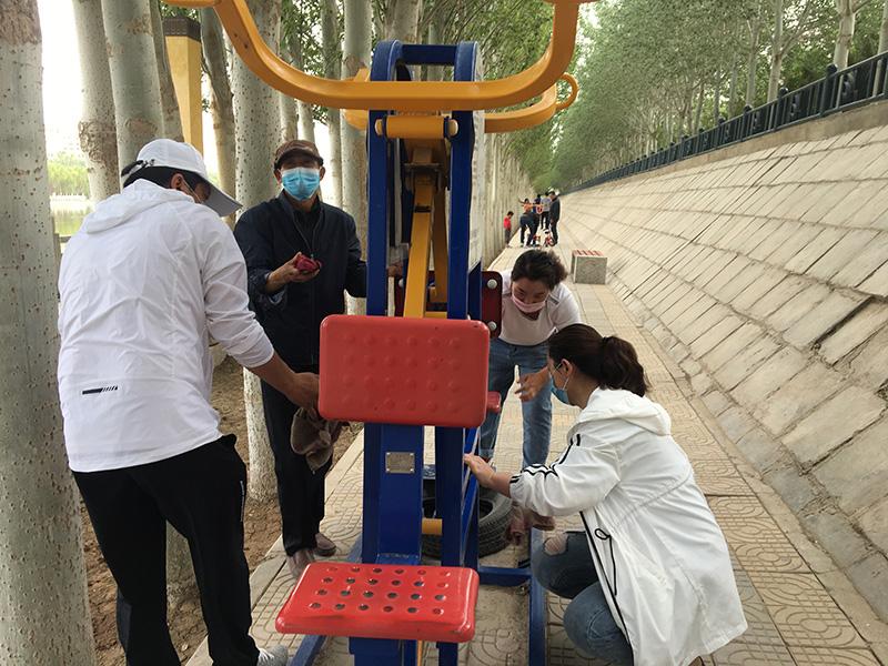 敦煌市沙州司法所组织社区服刑人员在风情线开展公益劳动活动